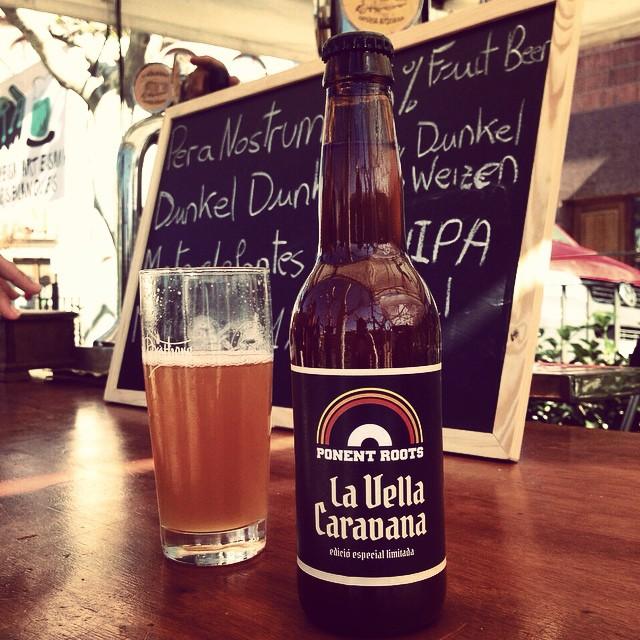 Feliços d'anunciar-vos que per segon any, els mestres cervesers de Menàrguens @lavellacaravana seràn el nostre patrocinador oficial, bolcant-se de nou amb nosaltres i enguany amb la GRAN NOTÍCIA I NOVETAT que durant les jornades del 3er Ponent Roots Festival, disposarem de la cervesa oficial del Ponent Roots, una edició elaborada especialment per a la celebració del festival de músiques negres de Lleida.  Una cervesa artesana rossa American Wheat de graduació suau i un punt aromàtica, ideal per a consumir a ritme de Los Mambo Jambo, Al Supersonic & The Teenagers o la resta d'artistes que formen el cartell de la 3a edició. EDICIÓ LIMITADA I D'ESPECIAL ELABORACIÓ PEL PONENT ROOTS FESTIVAL.  Brindem?