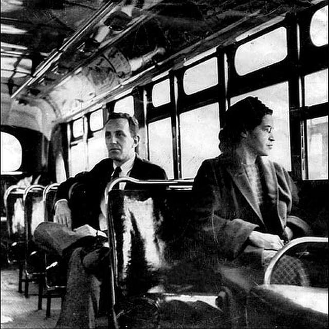 Tal dia com avui, d'ara fa 59 anys, Rosa Parks, va refusar les ordres del conductor d'autobusos James Blake, de seure a la part del darrere del vehicle, i va asseure's a la primera filera, espai reservat per a usuaris blancs... Parks va ser arrestada, jutjada i sentenciada, per lluitar pels drets civils de la comunitat afroamericana, a partir del dia següent, tota la comunitat negra va boicotejar els serveis d'autobusos públics durant 381 dies, com a acte de suport a la senyora Parks. #rosaparks #againstracism #civilrights #fightthepower #blackisbeautiful